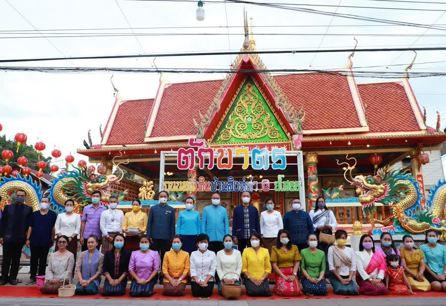 รองผู้ว่าฯยโสธร นำพุทธศาสนิกชน นุ่งผ้าไทยใส่บาตรข้าวเหนียว ย้อนยุค วิถีถิ่นอีสาน