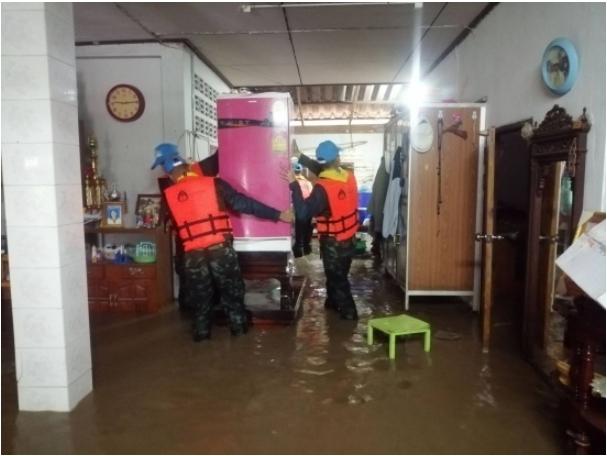 ทหารช่วยประชาชนขนของหลังน้ำไหลทะลักเข้าท่วมบ้านเรือน ในพื้นที่ อ.เด่นชัย