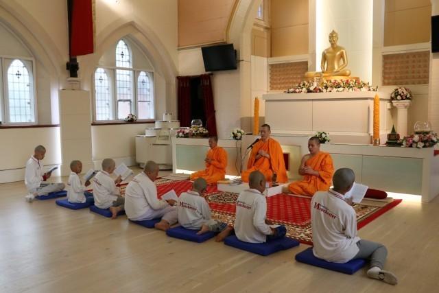 ชมกิจวัตรอันงดงาม ของพระสงฆ์ไทยกับบทฝึกว่าที่สามเณร ณ วัดพระธรรมกายแมนเชสเตอร์