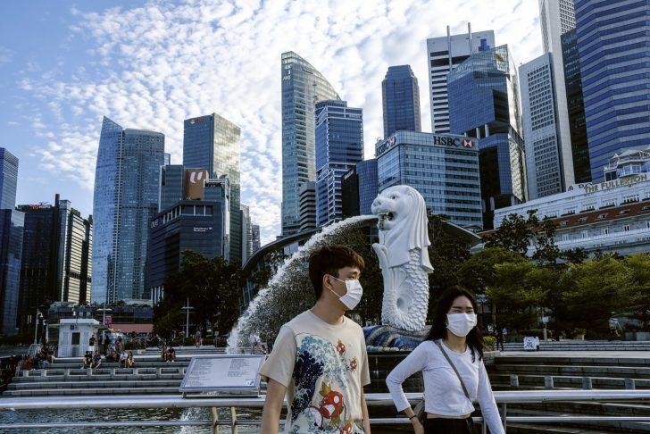 """สิงคโปร์แนะคนยังไม่ฉีดวัคซีน """"งดออกนอกบ้าน"""" ผวาโควิดระบาดในชุมชน"""