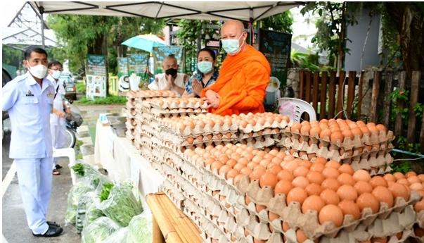 เจ้าอาวาสวัดห้วยปลากั้งมอบไข่ไก่ 3 พันฟอง ร้านขายข้าวแกง 10 บาท ช่วยประชาชนช่วงโควิด