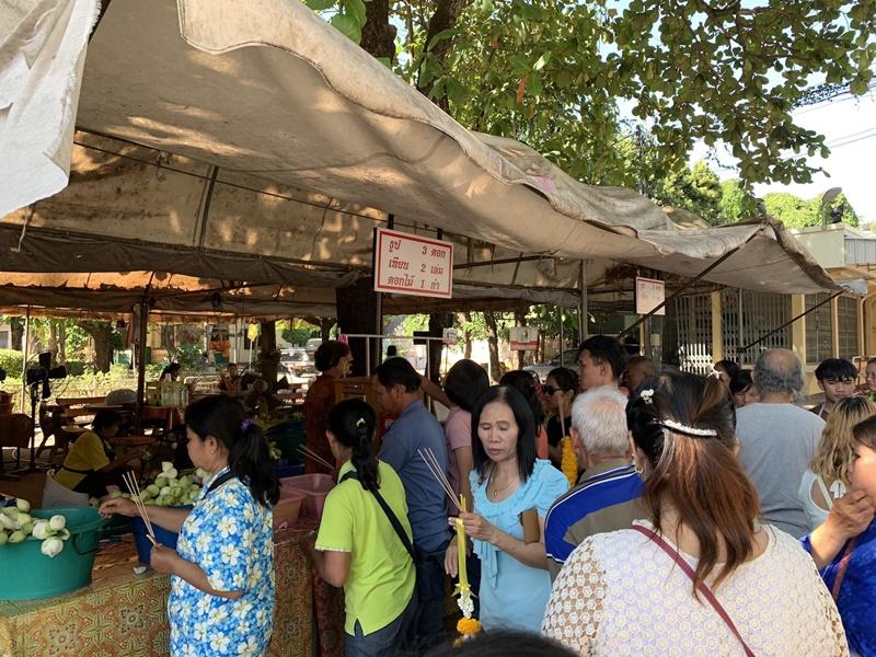 พุทธศาสนิกชนไทย – ลาว พาพ่อ-แม่ทำบุญไหว้หลวงพ่อพระใส เนื่องในวันพ่อแห่งชาติ