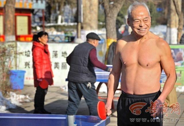 ชายจีนวัย 69 ปี ถอดเสื้อเล่นปิงปองทุกเช้าในหน้าหนาว